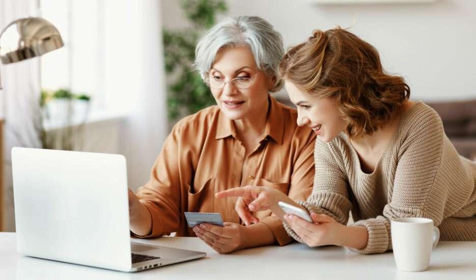 oude dame krijgt computerles voor uwdeclaraties