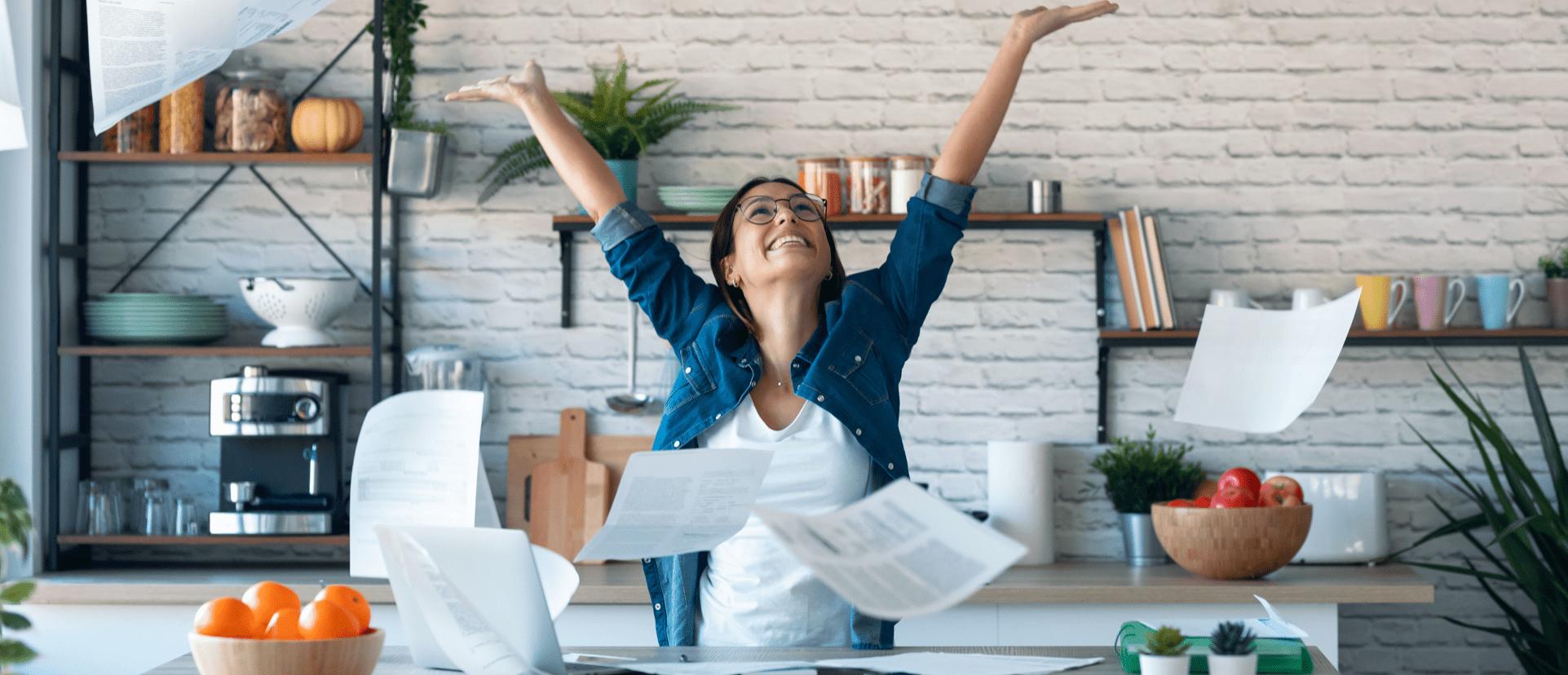 vrolijke vrouw papier kosten logo